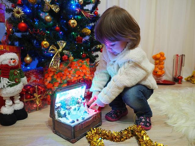 Дети любят наряжать новогоднюю ёлку игрушками