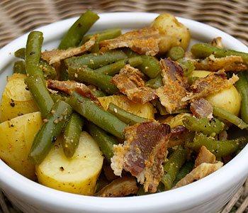 Сказочный салат картофельный теплый с беконом нравится детям и родителям