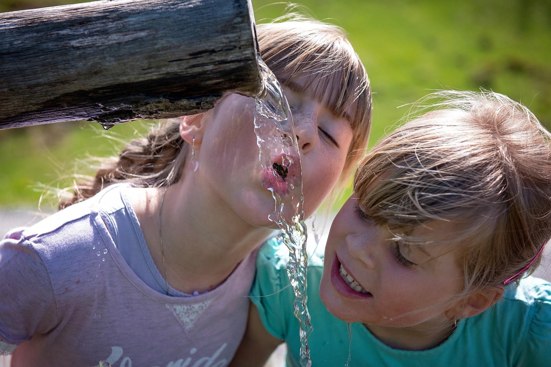 Дети пьют вкусную воду