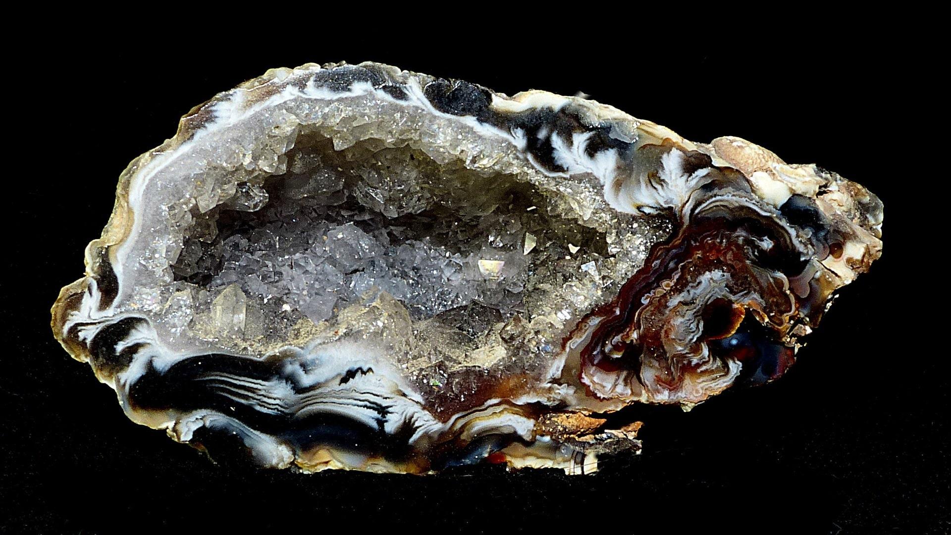 Натуральный камень сказочный самоцвет