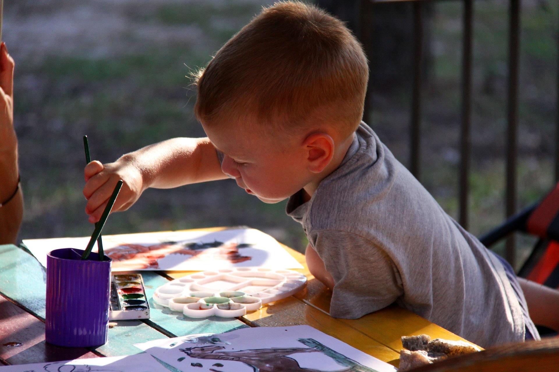 Дети любят рисовать красками сказку