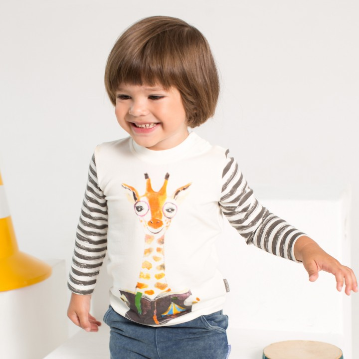 Детский гардероб с красивой яркой одеждой