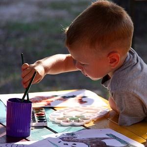 Ребёнок рисует картину