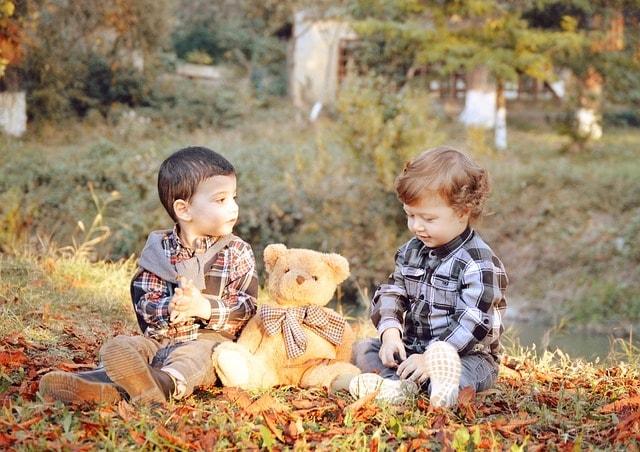 Дети играют с Мишкой плюшевым